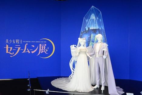 ネオ・クイーン・セレニティのドレスと、キング・エンディミオンのタキシード。後ろにはクリスタル・トーキョーが。