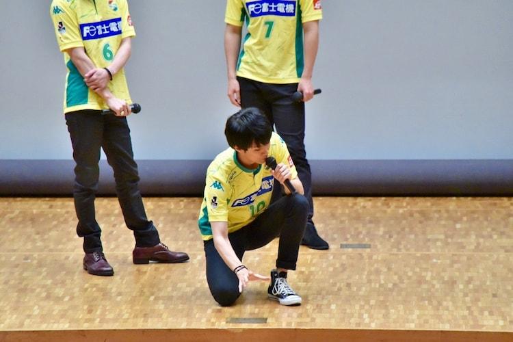 中村誠治郎に罰ゲームを説明する馬場良馬。
