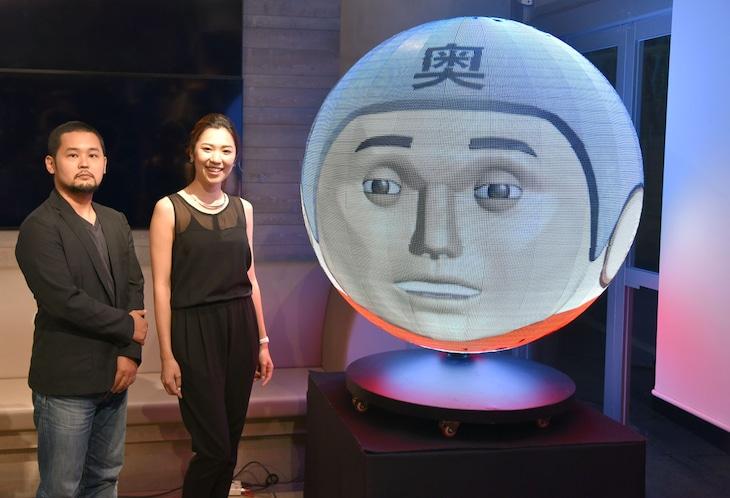 (左から)川村泰監督、桂亜沙美、田中星人のアニメーションを投影したガンツ球。