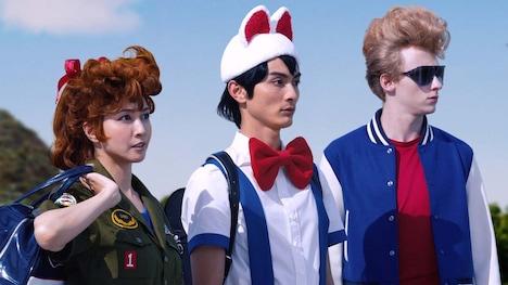 左から内田有紀演じるあかね、高良健吾演じるピースケ。