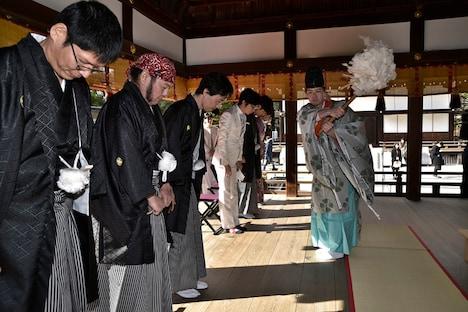 下鴨神社の神主にご祈祷を受ける出演者とスタッフ。