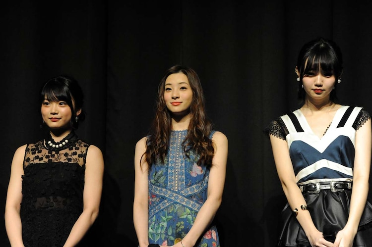 左から加弥乃、足立梨花、江野沢愛美。