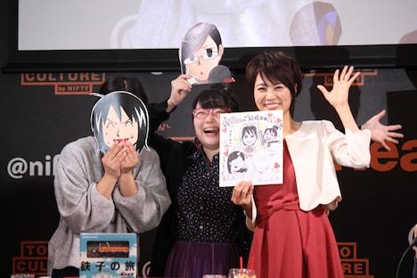 結婚を発表した村井美樹(左)に、菊池直恵、ほあしかのこ、霧丘晶からサプライズで色紙が贈られた。