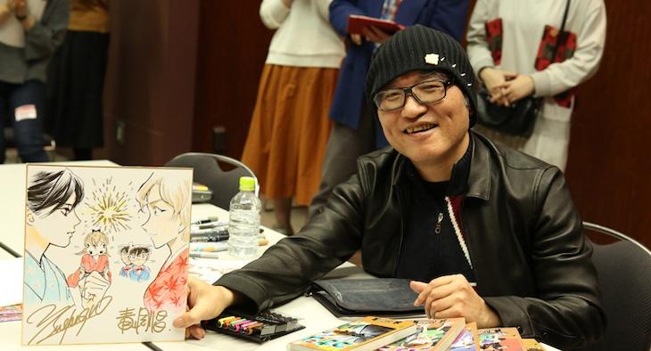 末次由紀とのコラボイラストを手にする青山剛昌。