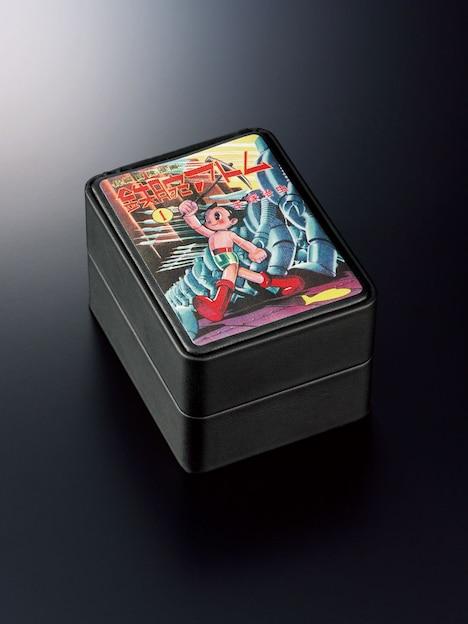 「手塚治虫デビュー70周年記念 ATOM THE AUTOMATIC 高級機械式腕時計」の特製ボックス。