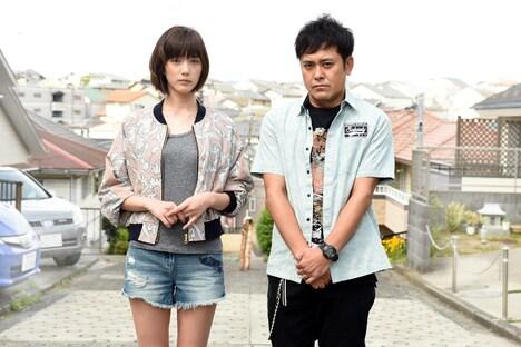 羽田梓役の本田翼(左)と、富岡ゆうじ役の有田哲平(右)。(c)TBS