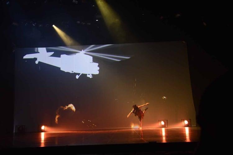 松永一哉演じる舞台オリジナルキャラクターのエイブ・レオン。故郷の村をヘリに襲われ、サッカーボールで撃墜する。