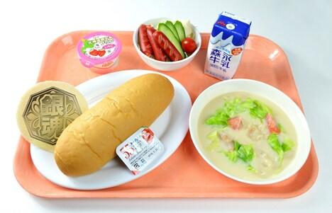 「銀魂高校の学食人気NO.1のクリームシチューとコッペパンセットだぁ~!」