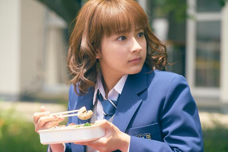 映画「honey」撮影現場より、小暮奈緒役の平祐奈。