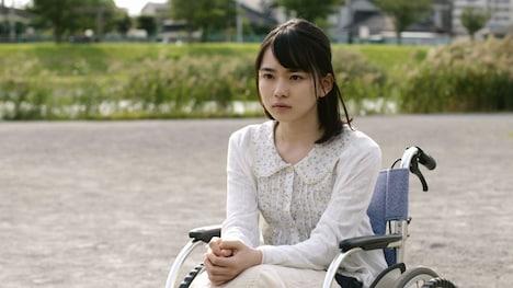 山田杏奈演じる車椅子の少女。