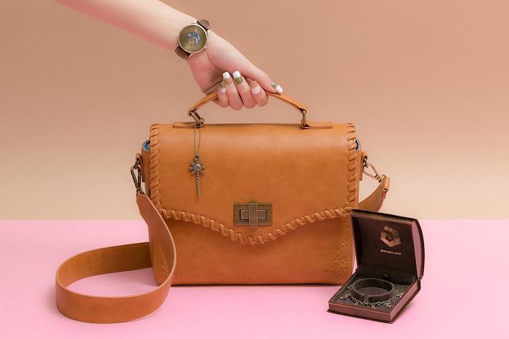 「魔法陣グルグル」をモチーフにした腕時計、バッグ、ブレスレット。