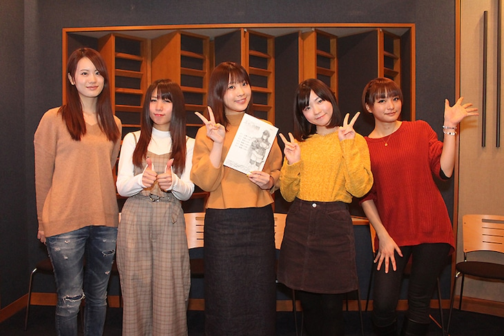 キャスト陣の集合写真。左から瀬戸麻沙美、新田ひより、内山夕実、小澤亜李、井澤詩織。