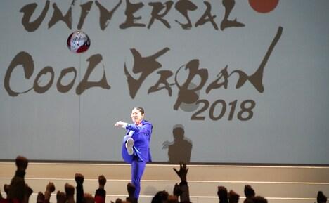「ユニバーサル・クールジャパン 2018」のキックオフを宣言し、ボールを蹴る澤穂希。