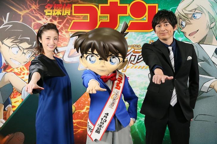 「真実はいつもひとつ!」のポーズを決める上戸彩(左)、コナン(中央)、博多大吉(右)。