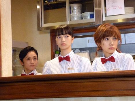 映画「恋は雨上がりのように」メイキングカット。左から濱田マリが扮する久保佳代子、小松菜奈が扮する橘あきら、松本穂香が扮する西田ユイ。