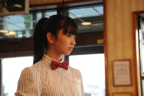 映画「恋は雨上がりのように」メイキングカットより、小松菜奈扮する橘あきら。