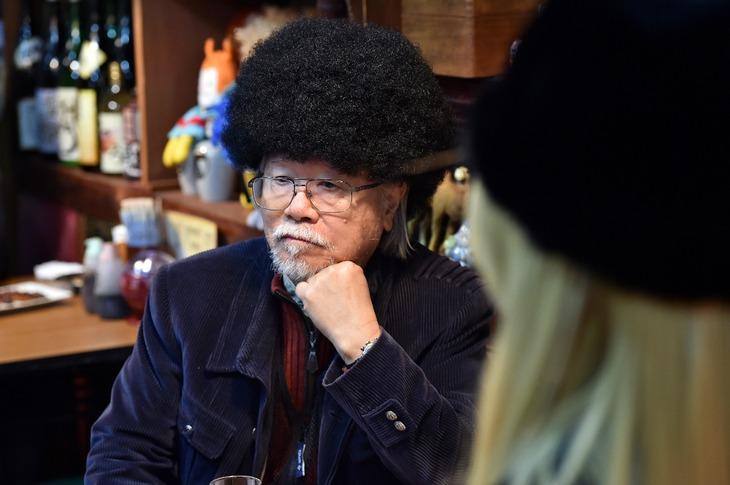松本零士が出演するシーンの場面写真。