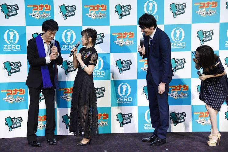 山崎和佳奈(中央左)に叱られる小山力也(左)。