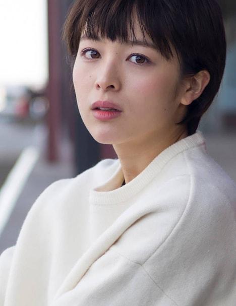 赤坂理子役の清野菜名。