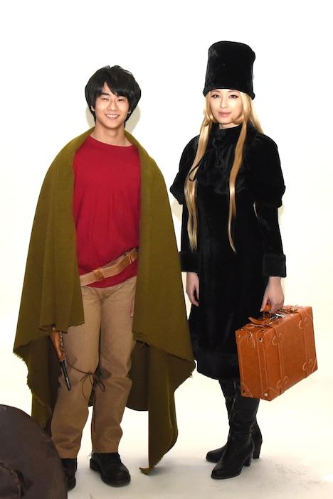 左から星野鉄郎役の前田旺志郎、メーテル役の栗山千明。