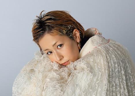 主題歌を歌う木村カエラ。