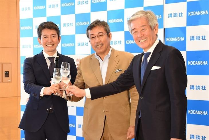 「獺祭 島耕作」で乾杯する3人。左から旭酒造の桜井一宏社長、弘兼憲史、旭酒造の桜井博志会長。