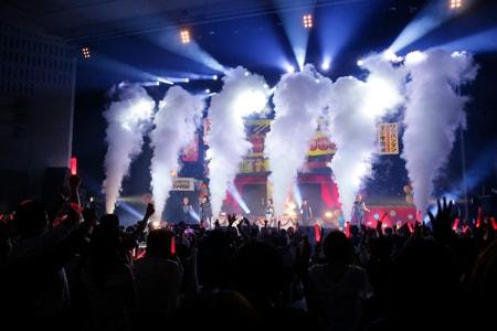 「ワンパンマン マジ学園祭」JAM Projectによるライブの様子。