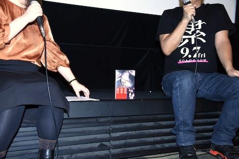 左から松浦だるま、佐藤祐市監督。真ん中には9月7日発売の「累」最終14巻も。