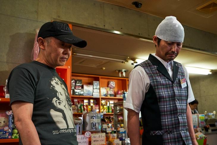 映画「愛しのアイリーン」メイキングカット。左から新井英樹、安田顕。