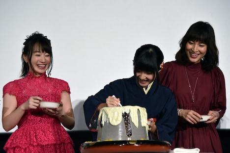 「春の屋」特製露天風呂プリンを再現した大きなプリンをうれしそうに取り分ける小林星蘭(中央)。