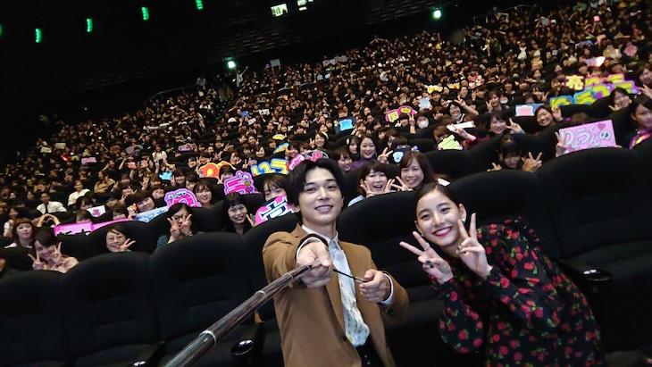 観客との自撮りを行う(左から)吉沢亮、新木優子。