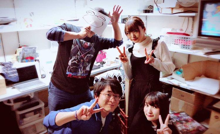 楽屋で撮影された集合写真。前列左から阿部敦、原田彩楓。後列左から水上悟志、井澤詩織。