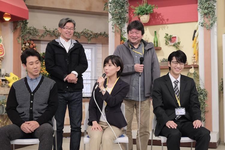 前列左から大泉洋、芳根京子、飯島寛騎。後列左から嬉野雅道プロデューサー、本広克行総監督。