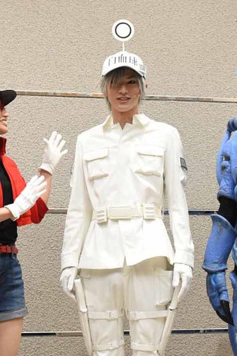 頭上のレセプターを立ててみせる和田雅成。