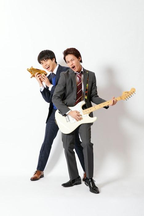 左から稲葉コウタ役の重岡大毅、松本タカオ役の上田竜也。(c)NTV・J Storm