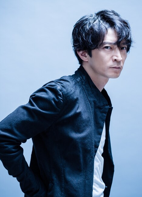 狭間源司を演じる津田健次郎。