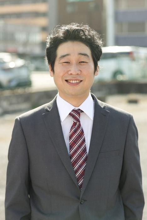 小田哲郎役の前野朋哉。