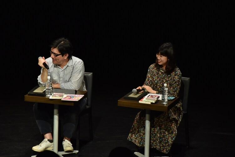 左から女子マンガ研究家の小田真琴、詩人の文月悠光。