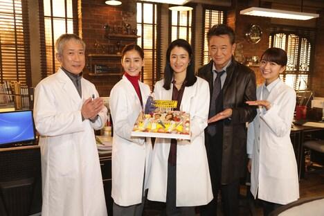 TVドラマ「トレース~科捜研の男~」の現場写真。左から遠山俊也、新木優子、小雪、船越英一郎、岡崎紗絵。