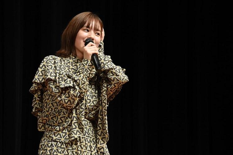 記者に「破天荒なエピソードはあるか」と尋ねられ、悩む筧美和子。高校生時代に、我慢できず知らない人の家でトイレを借りたことがあると答えていた。