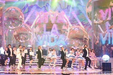 五木ひろし「VIVA・LA・VIDA!~生きてるっていいね!~」のバックで踊るAqours。