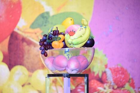 フルーツに紛れるテレビ東京のキャラクター・ナナナ。
