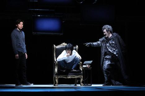2015年に上演された「デスノート THE MUSICAL」より。左から柿澤勇人演じる夜神月、小池徹平演じるL、吉田鋼太郎演じる死神リューク。(c)大場つぐみ・小畑健/集英社