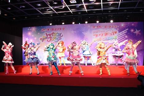 「映画プリキュアミラクルユニバース」のエンディングダンスを披露するプリキュアたち。