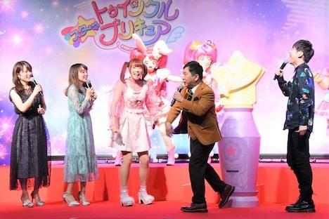 左から小松未可子、小原好美、成瀬瑛美、田中裕二(爆笑問題)、梶裕貴。