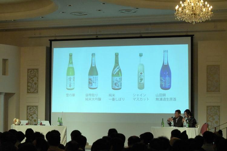 伊藤静と東山奈央が揃って試飲コーナーに向かい、ゲストがいなくなったトークショーのステージ。