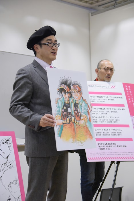 アニメイトの公式キャラクター・アニメ店長と豊島区長のコラボイラストを手にする島本和彦(左)と、それを見つめる藤田和日郎(右)。