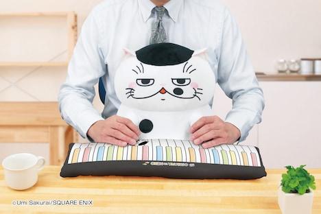 「おじさまと猫PCクッション ふくまる」の使用イメージ。