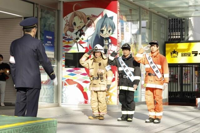 1日消防官に任命される梶原岳人(右)、中井和哉(中央)。