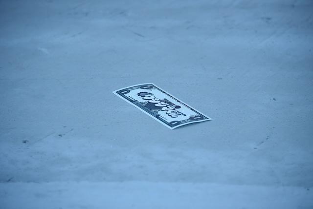 """""""お金バズーカ""""により噴出された「闇金ウシジマくん」柄のお札。"""